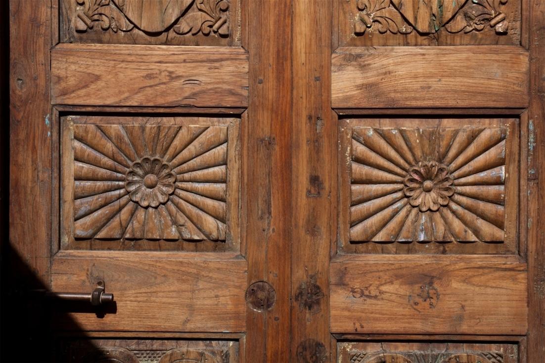 דלת עץ קלאסית מעוטרת בגילופי עץ עבודת יד