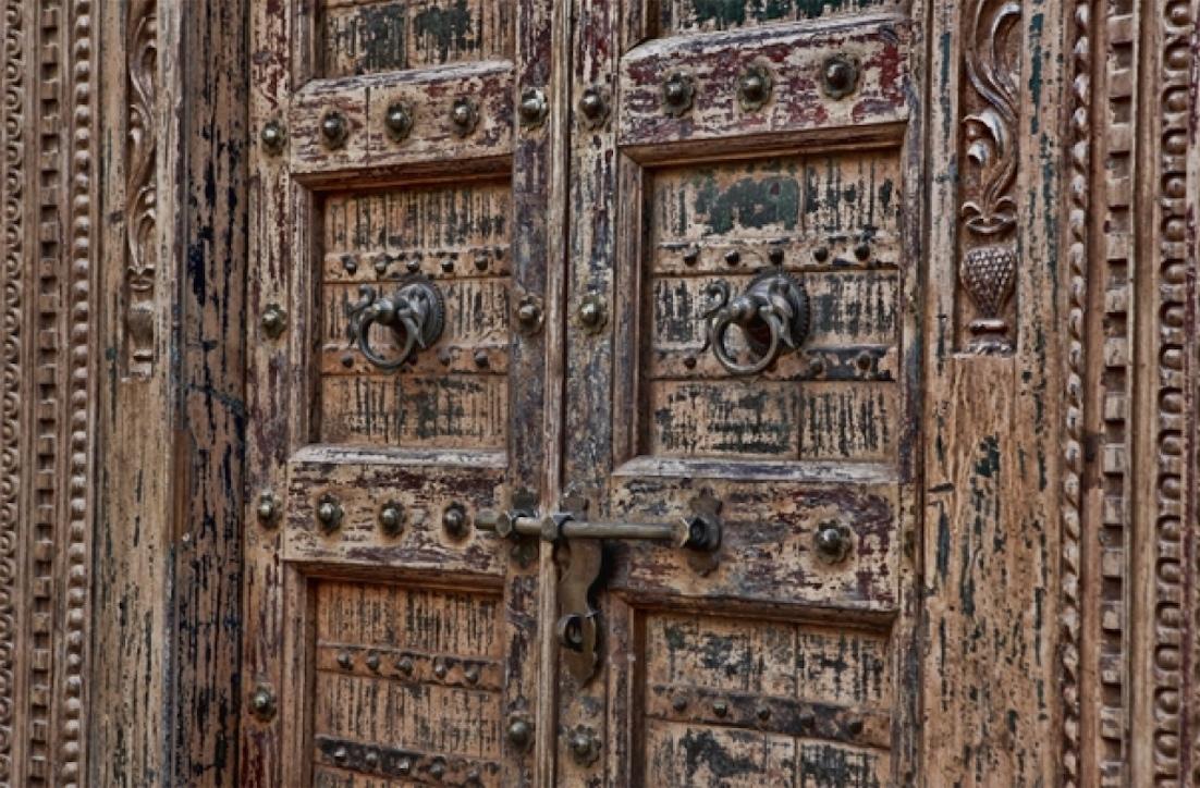 דלת כניסה מעץ בשילוב גילופים ופרזול מקורי