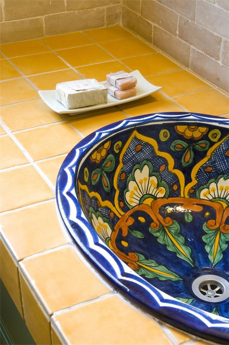 כיור מקסיקני צבעוני המעוטר במגוון צורות