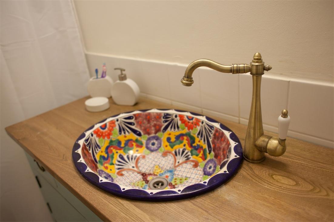 כיור אמבטיה אובלי גדול מעוטר גמוון צבעים וצורות