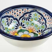 כיור אמבטיה אובלי מאויר מעוטר במגוון צורות וצבעים