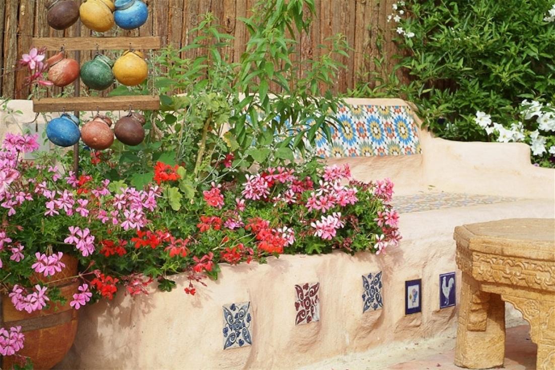 אריחי קרמיקה מוטמעים באבן- לגינה ולחצר