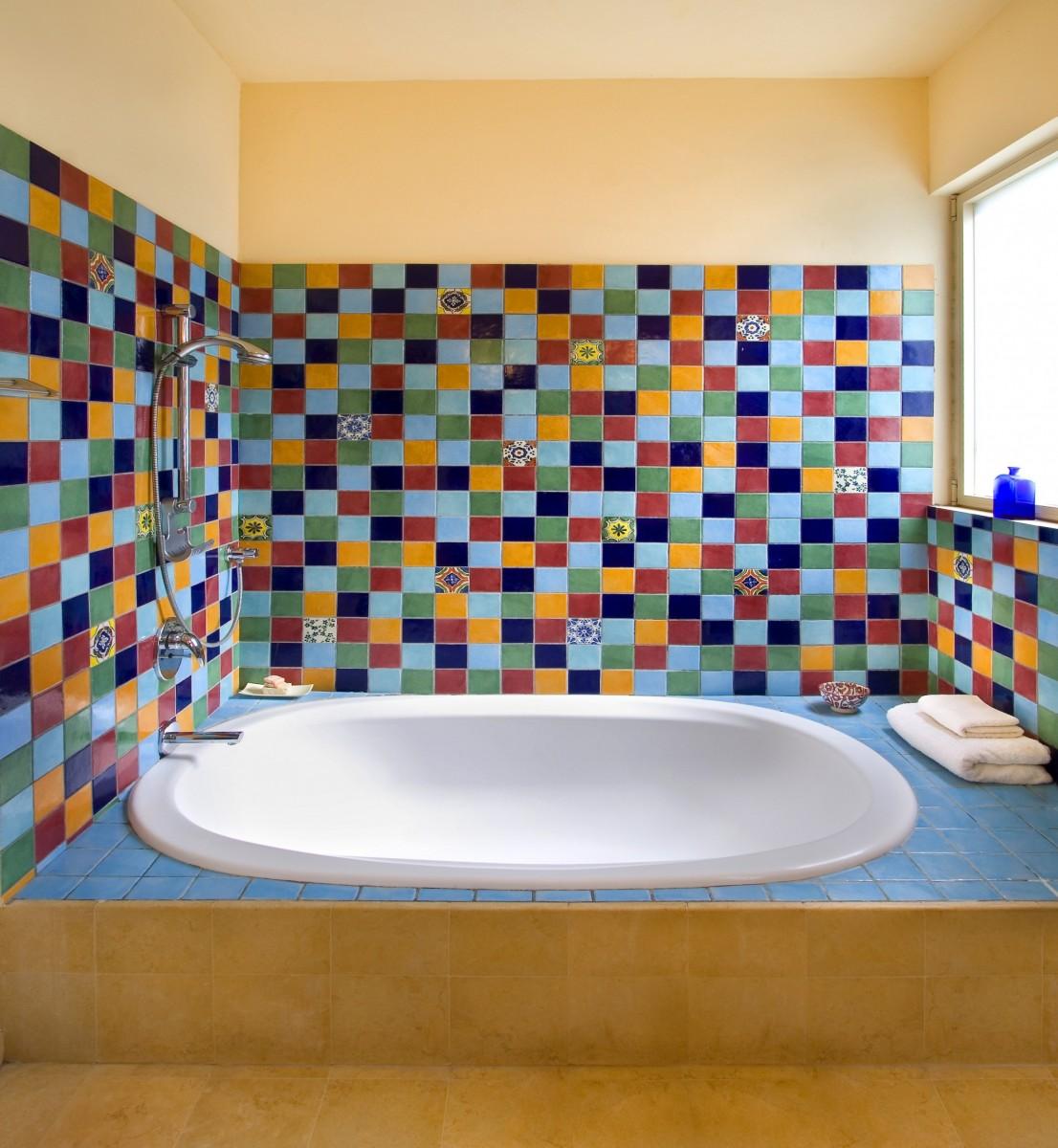 אריחי קרמיקה מעוטרים לאמבטיה