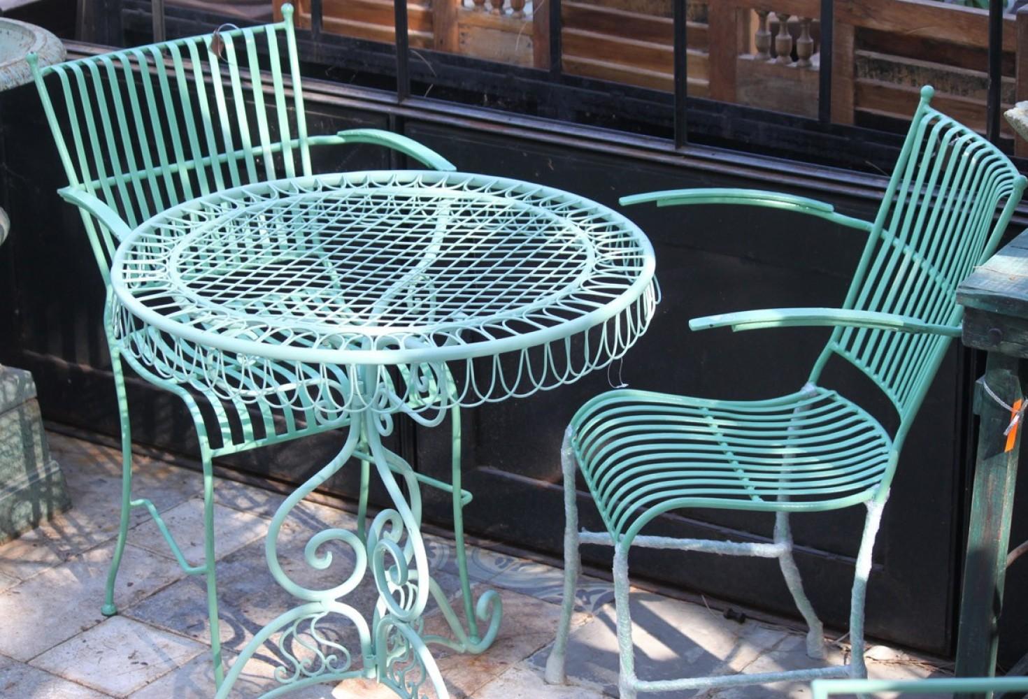 שולחן פרזול לגינה עם כסאות תואמים