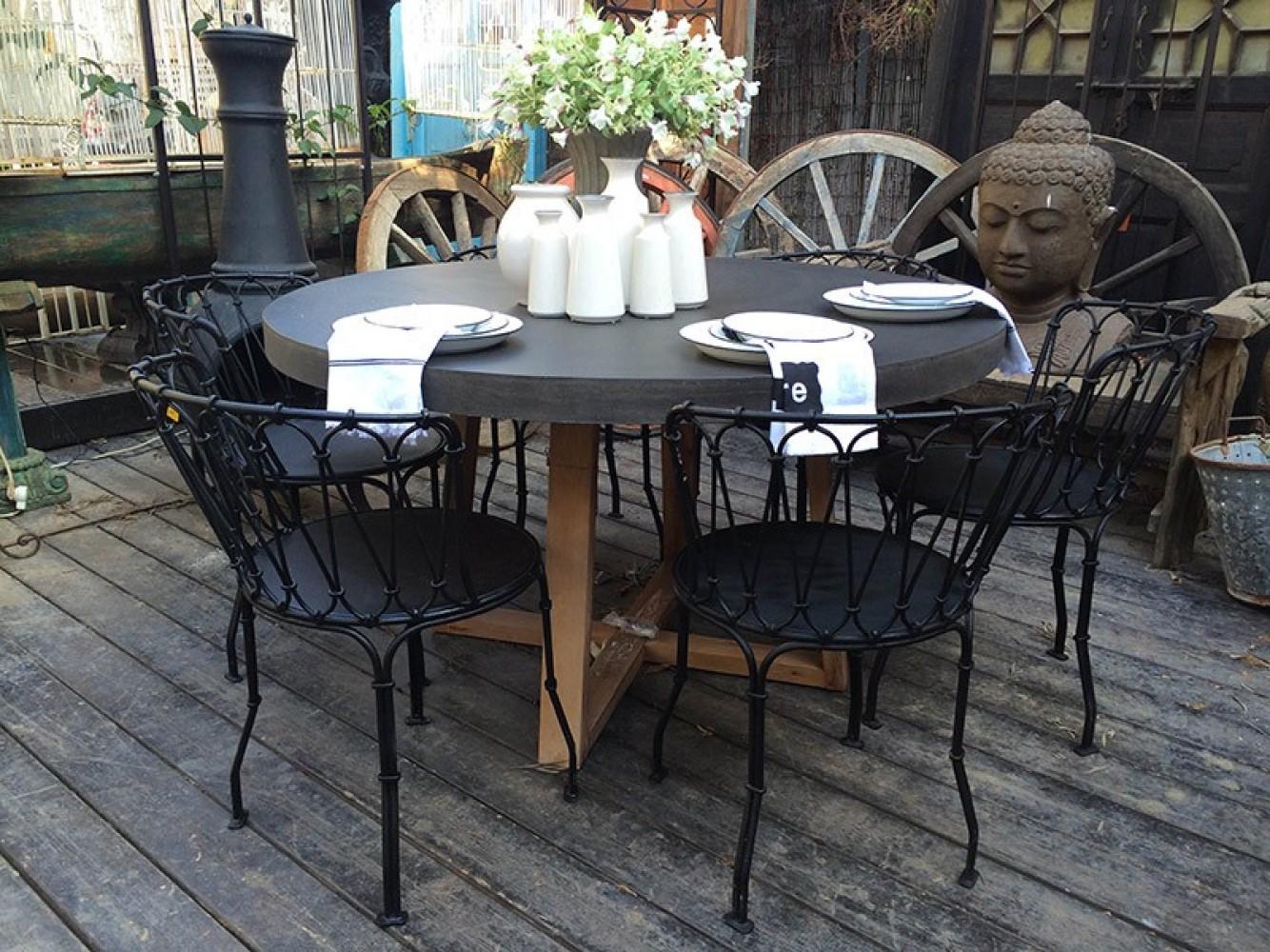 שולחן עגול עם כסאות ברזל שחור