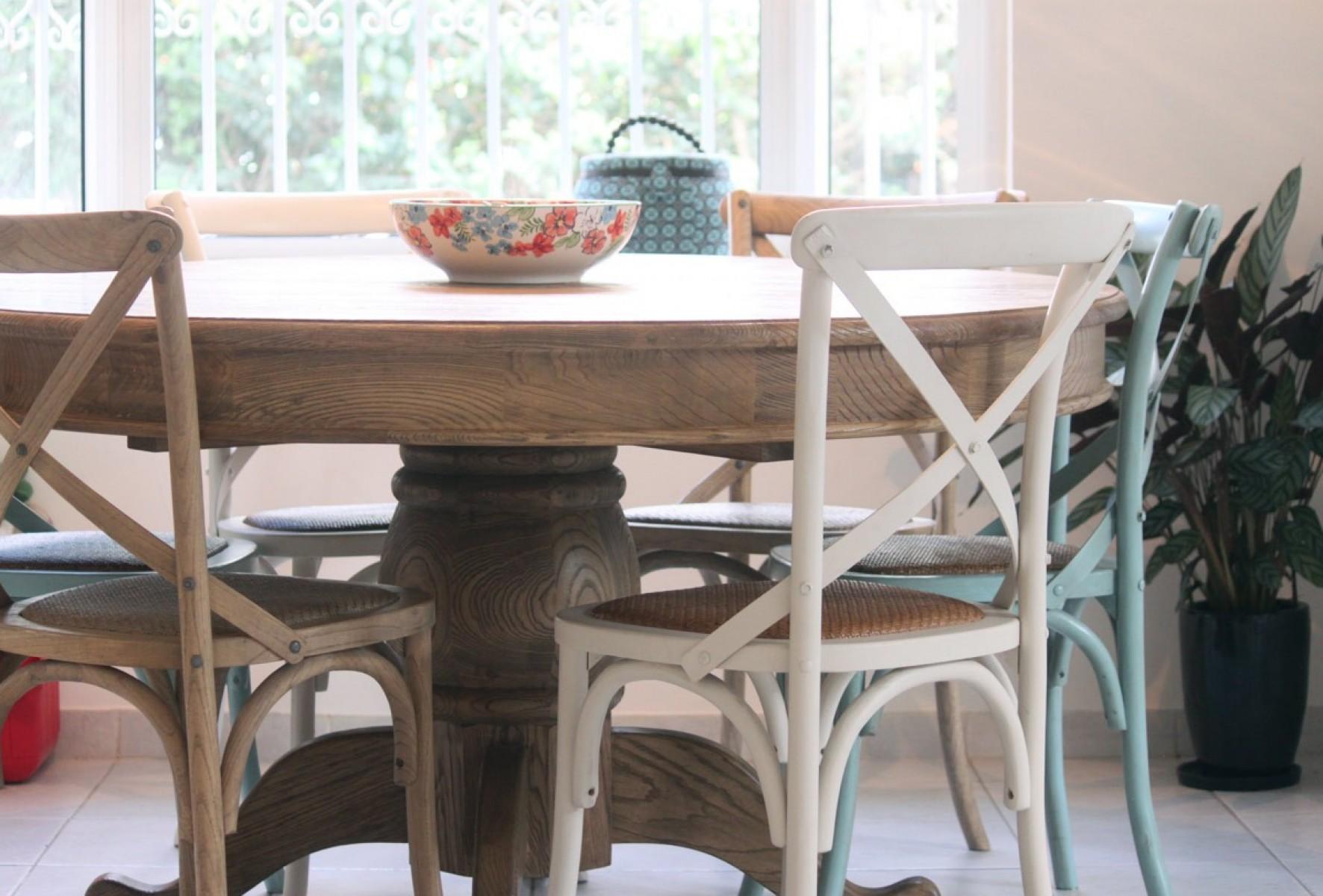 שולחן עגול מתקבל מעץ מלא בצבע טבעי