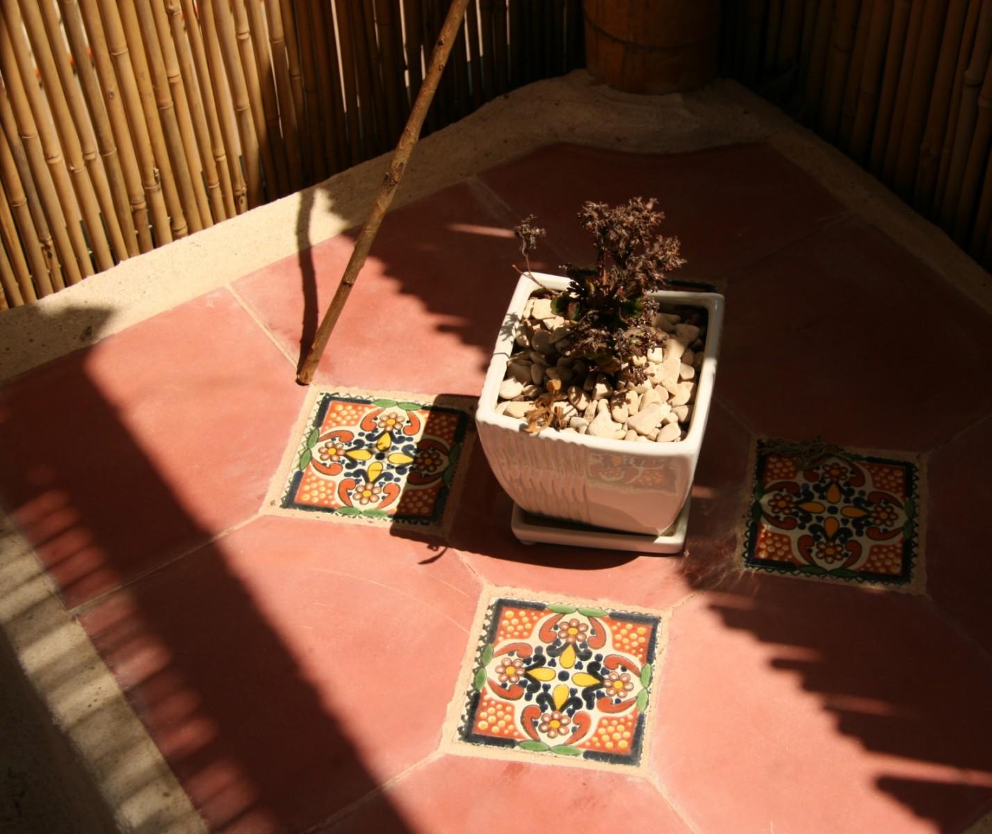 אריחי בטון בשילוב אריחים מקסיקניים מצויירים
