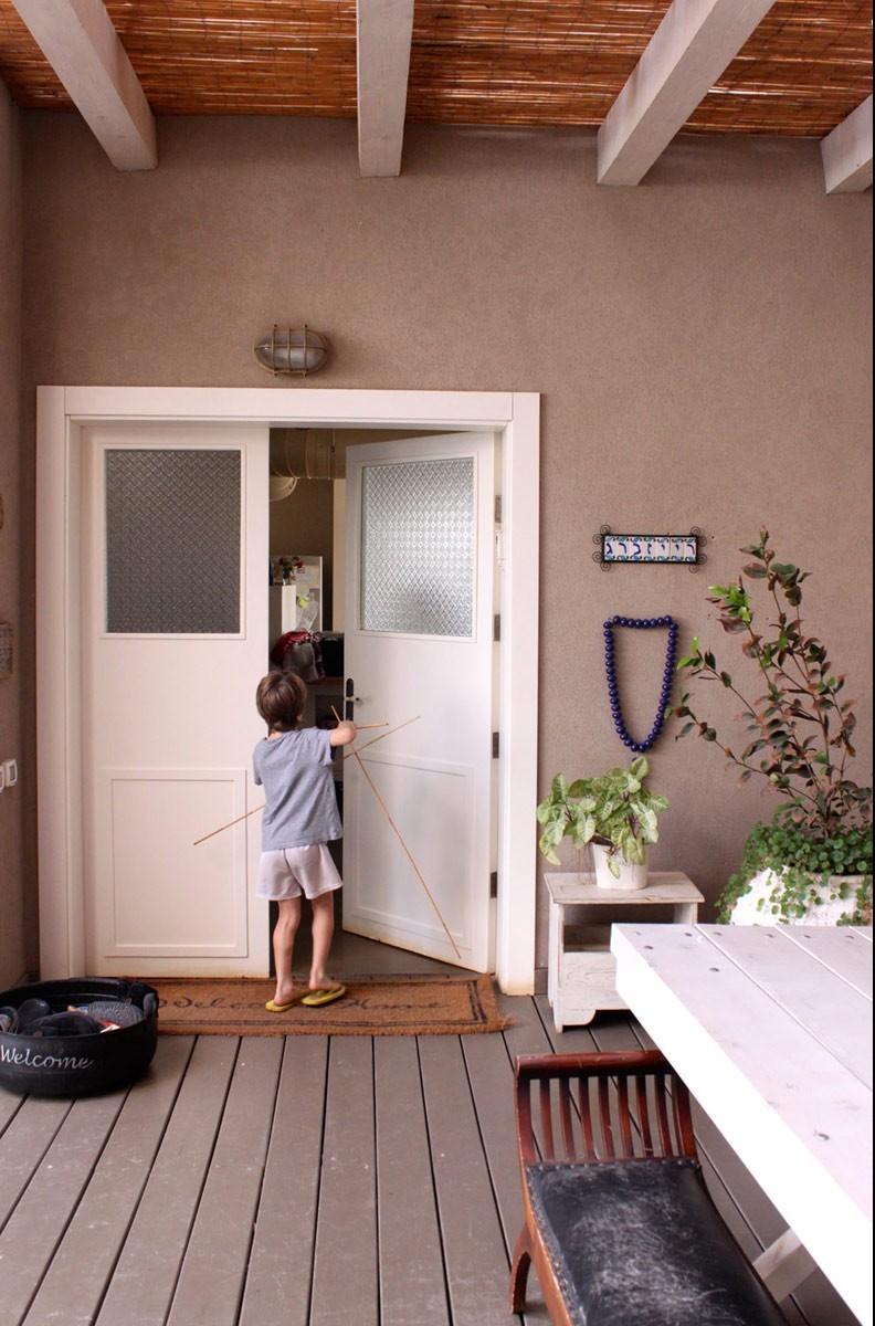 הכניסה לבית. שלט מאריחי קרמיקה מצוירים