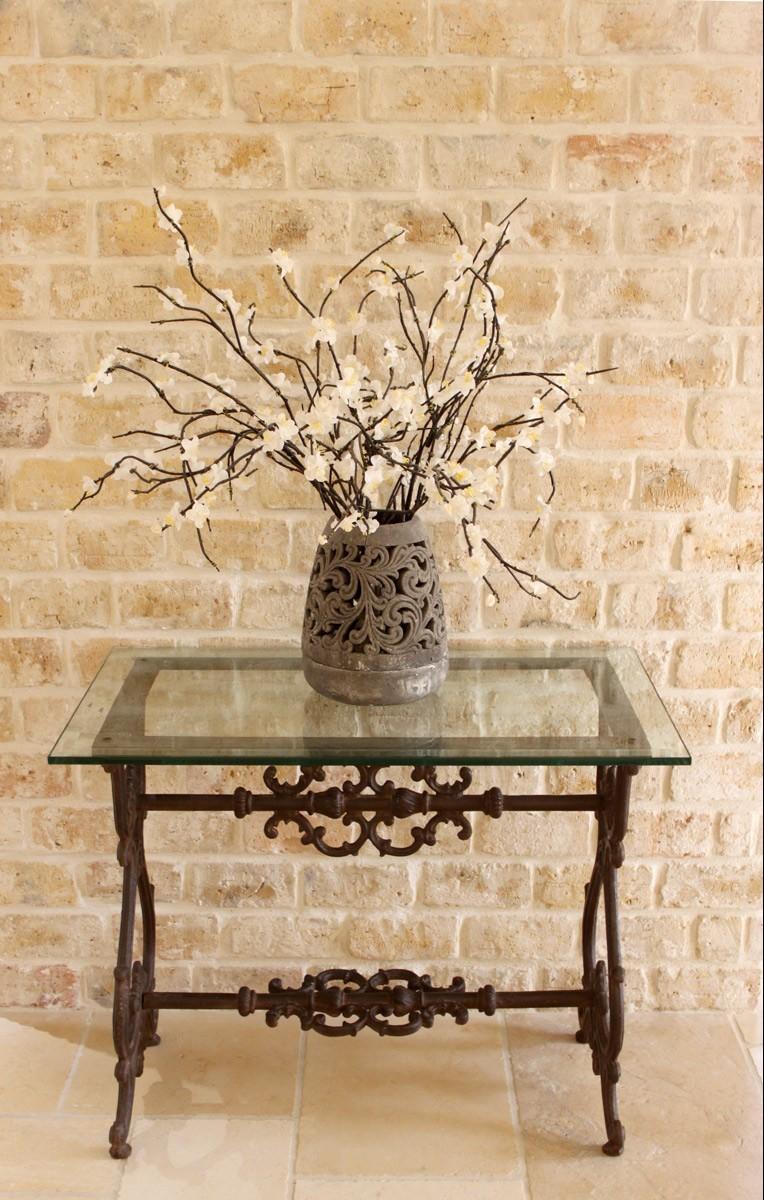 שולחן מברזל יצוק וזכוכית