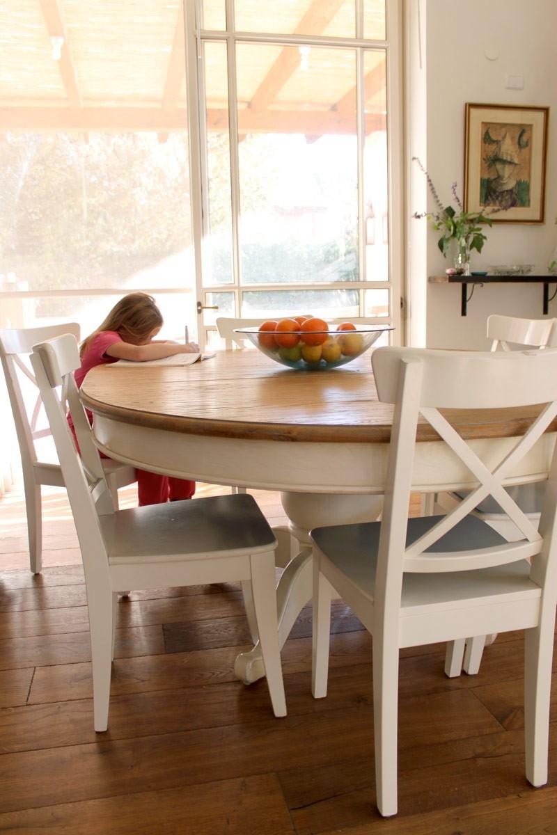 שולחן עגול עם רגל צבע שמנת