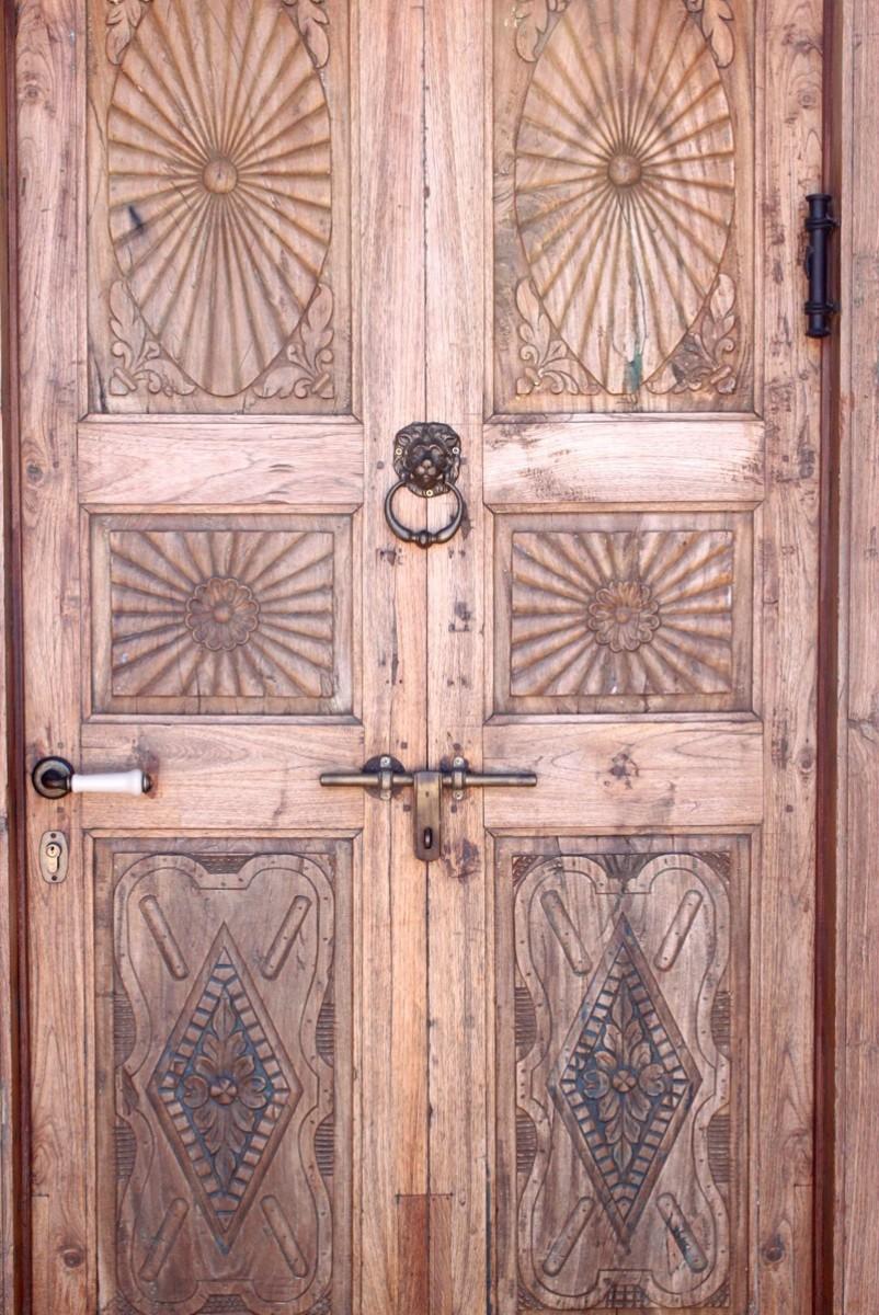 דלת כניסה עתיקה מעץ