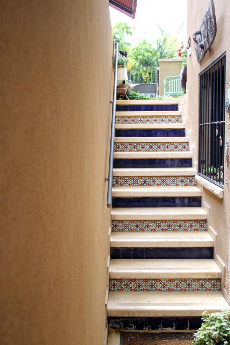 מדרגות מקושטות באריחי קרמיקה צבעוניים וחלקים