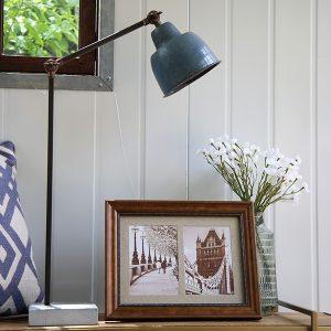 מנורת שולחן עשויה מפח