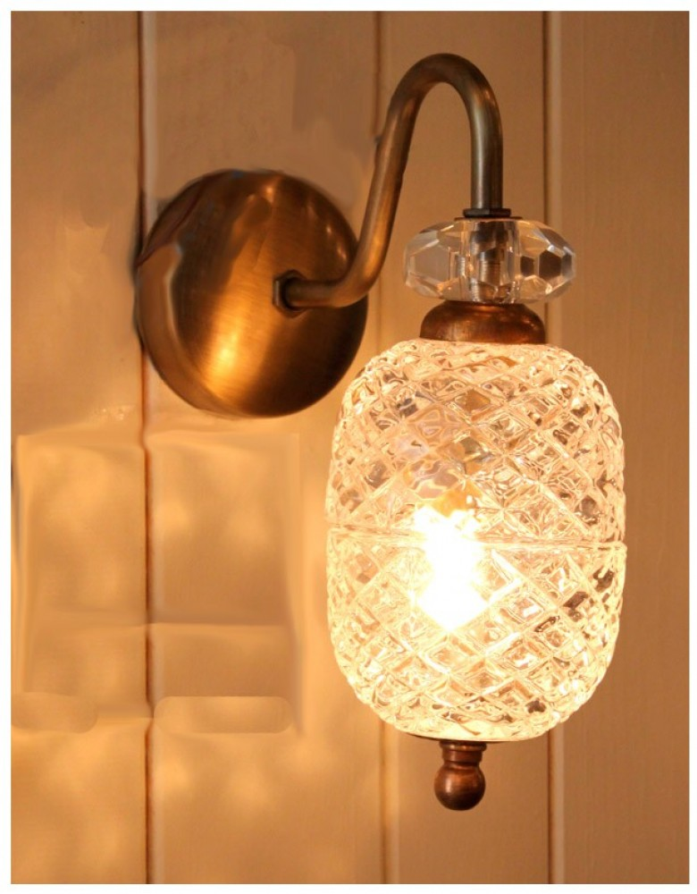 מנורת קיר מפליז וזכוכית מעוטרת