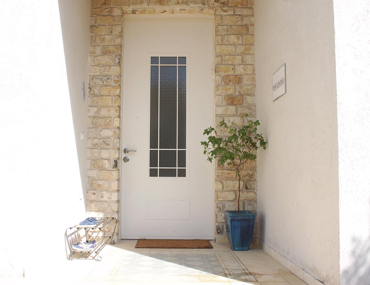 אריחי בטון מצוירים בכניסה לבית