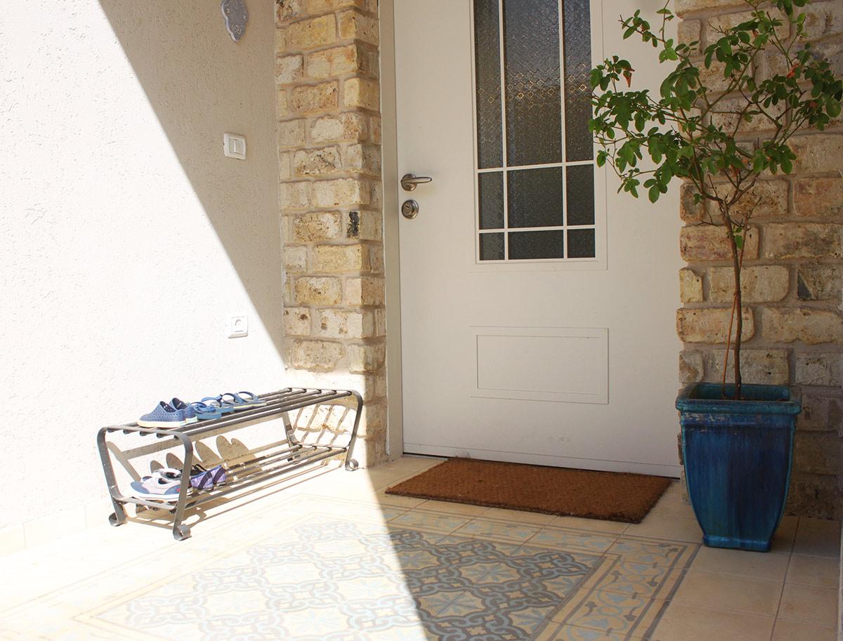 אריחי בטון כשטיח כניסה לבית