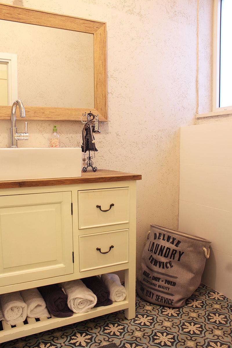 אריחי בטון מונוכרומטיים לחדר אמבטיה