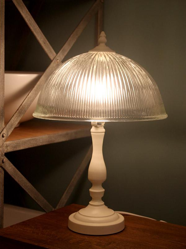 מנורת שולחן שמנת