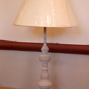 1 מנורת שולחן קלאסית