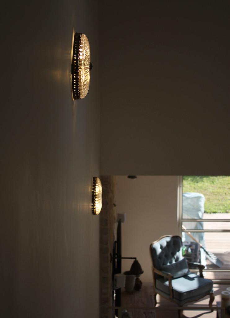 השמשנו באביזרי תאורה על מנת להפיח חיים באזורים חסרי חיות, כגון בגרמי מדרגות