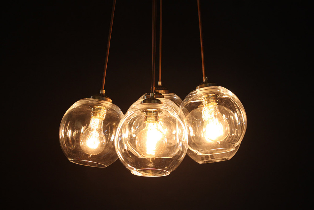 שימוש בגוף תאורה, הוא דרך נהדת להוסיף חום ורכות לסלון