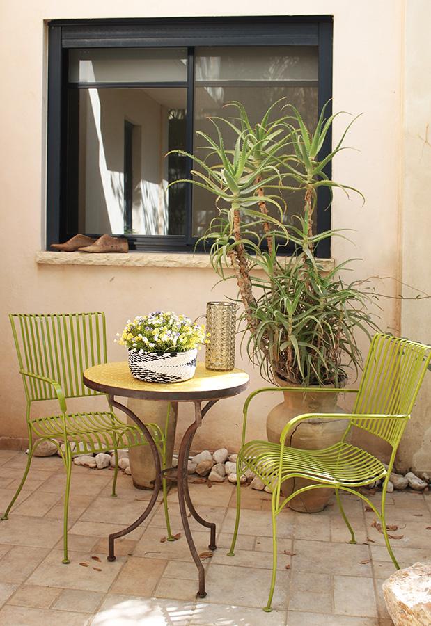 שולחן פסיפס וכסאות ברזל ירוקים