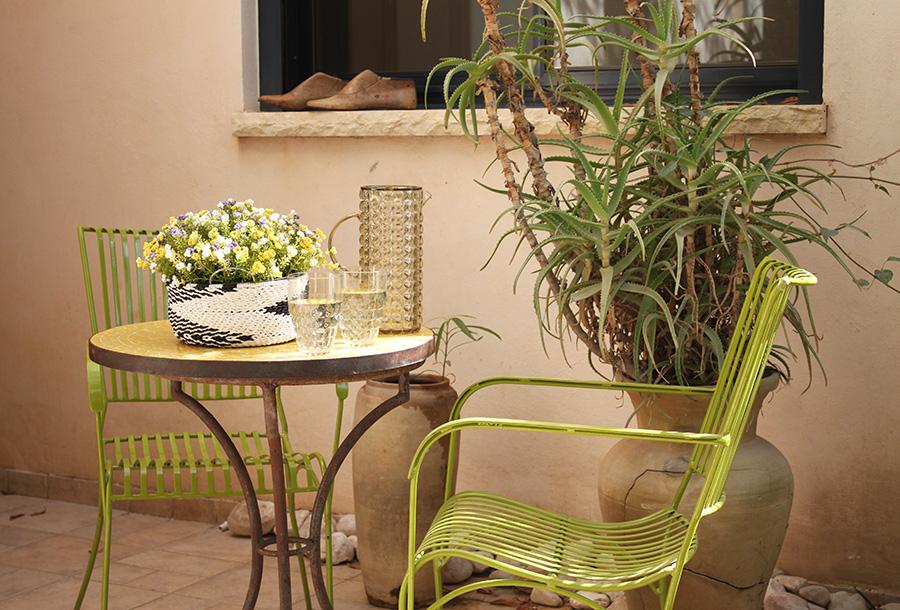 שולחן פסיפס לגינה וכסאות ברזל ירוקים