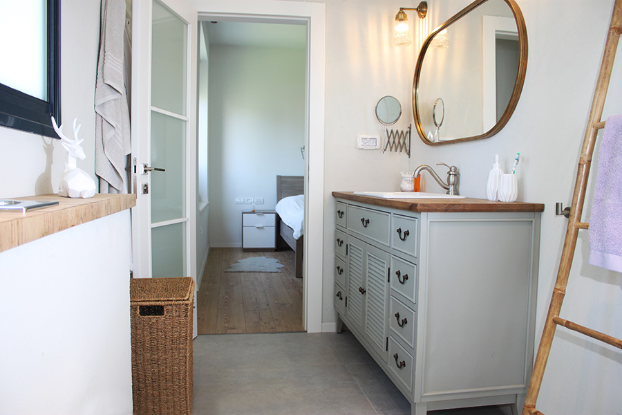 ארון אמבטיה עם כיור שקוע