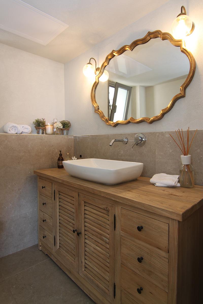 ארון אמבטיה מעץ טבעי
