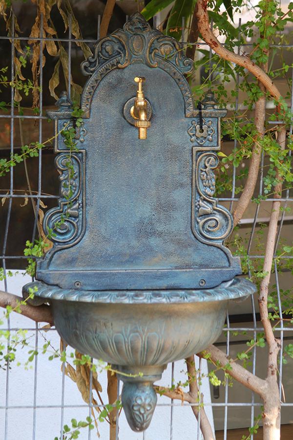 כיור מברזל צמוד קיר לגינה