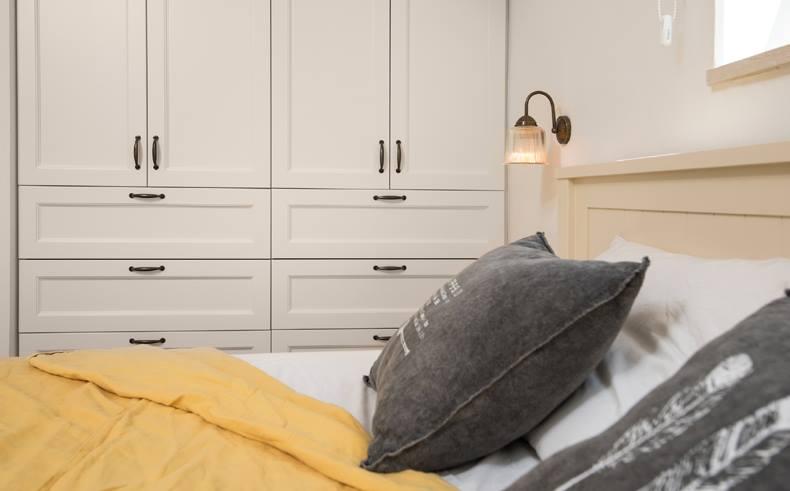 גוף תאורה לקיר בחדר בשינה