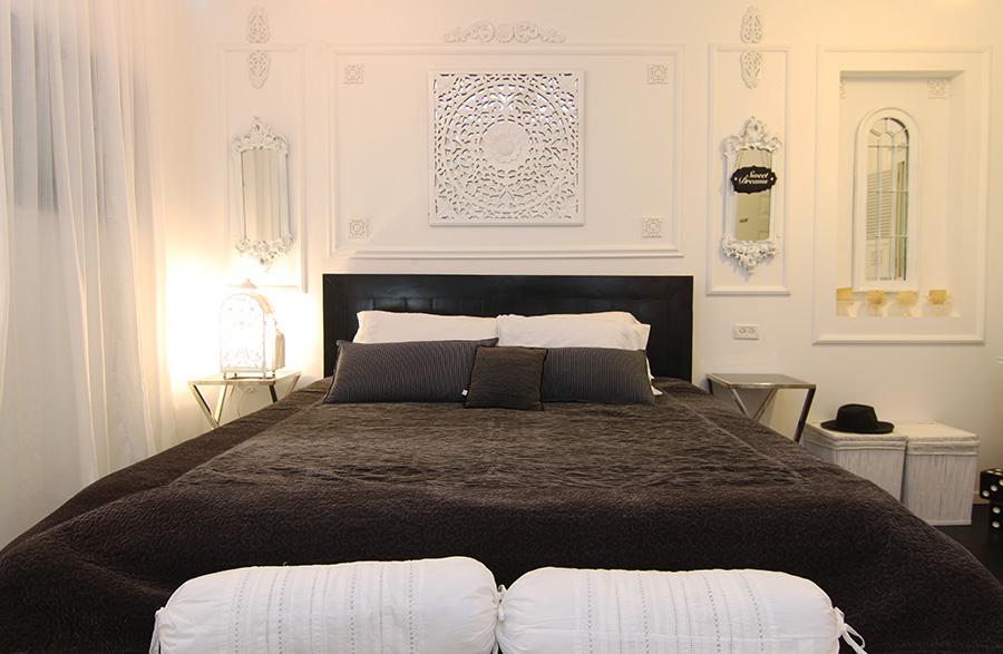 משרביית עץ צבועה מעל המיטה
