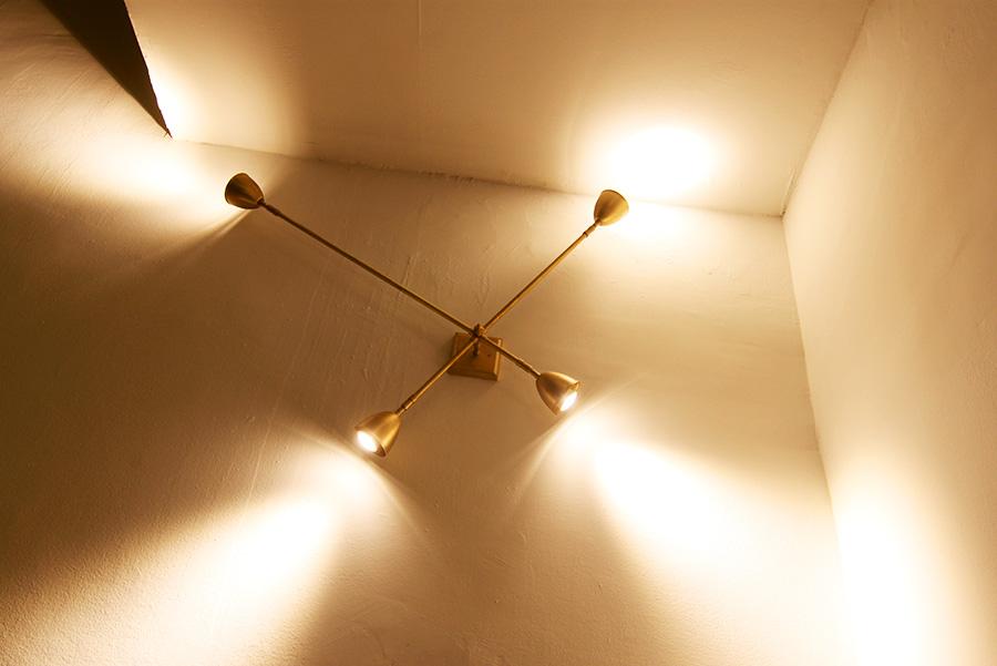 גוף תאורה ייחודי צמוד קיר