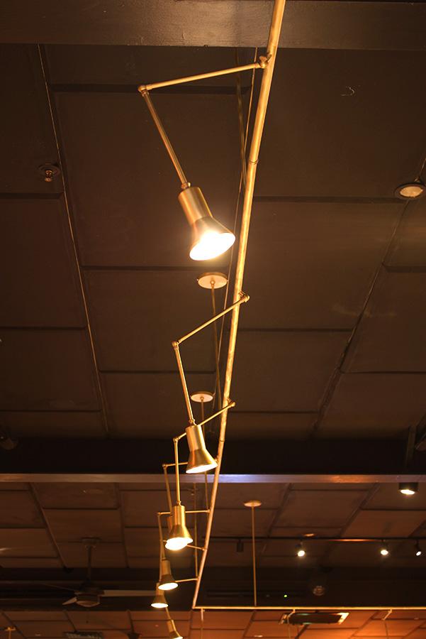 תאורה היקפית מעל הבר