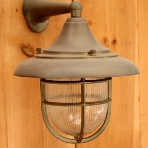מנורה מוגנת מים