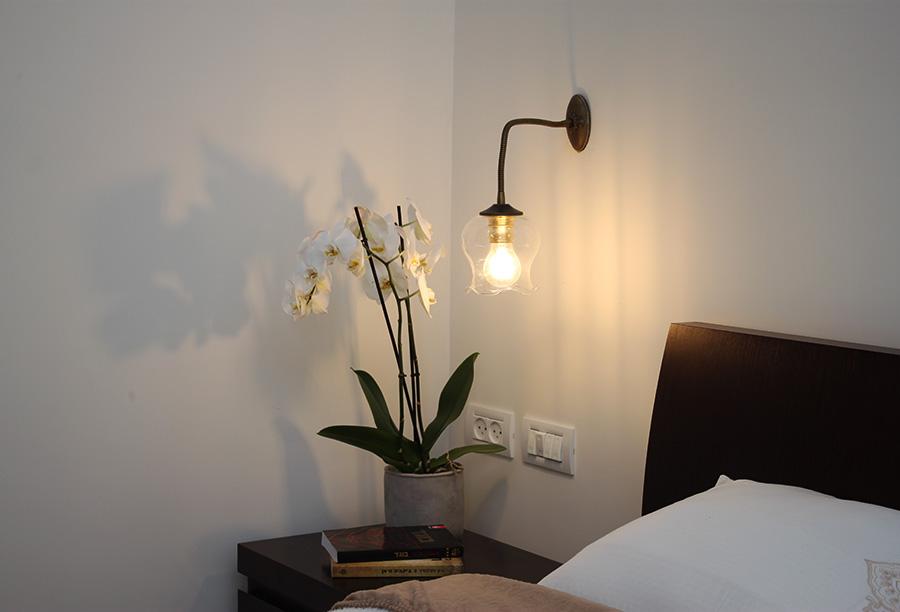 מנורת קיר ליד המיטה