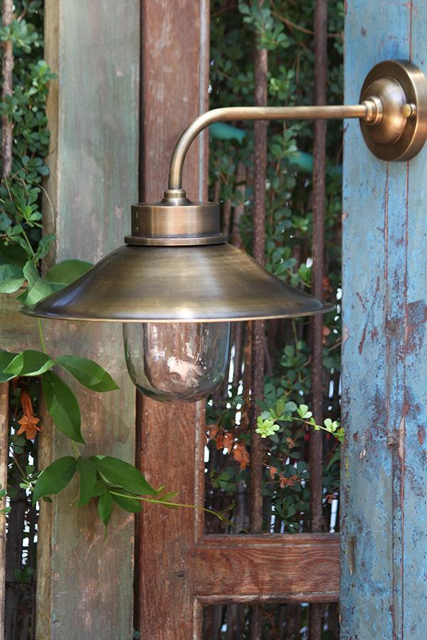 מנורת חוץ וגינה