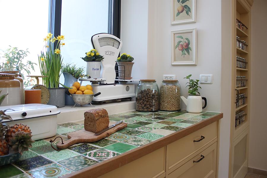 אריחי קרמיקה כמשטח למטבח