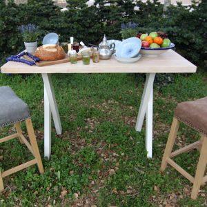 שולחן בר ושרפרפים מרופדים