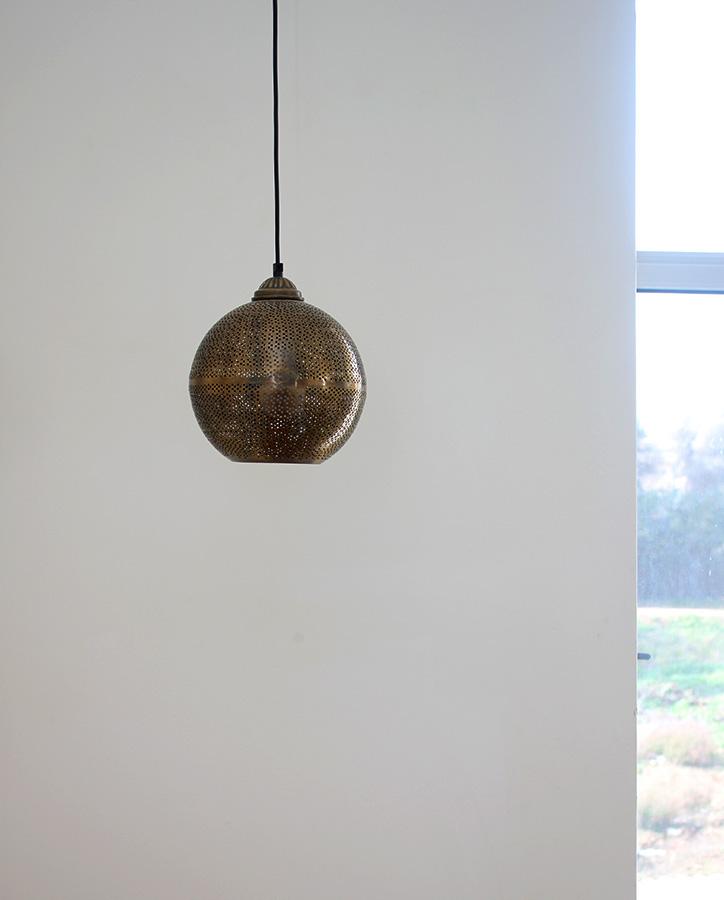 מנורה תלוייה במדרגות