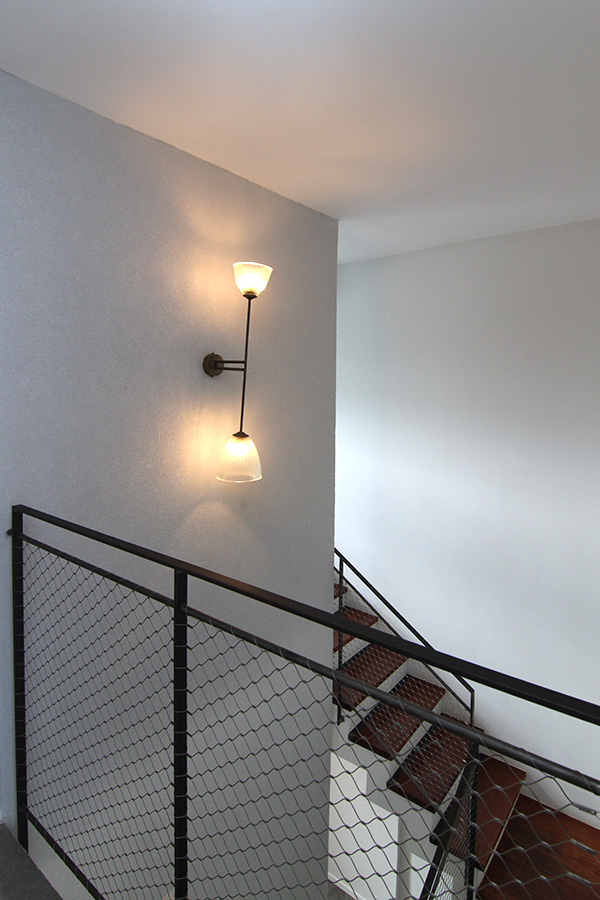 גוף תאורה לקיר בחדר המדרגות