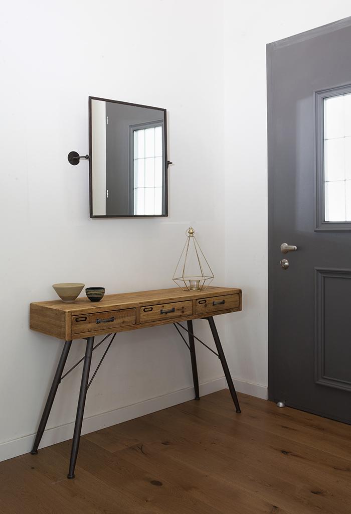 קונסולה מעץ וברזל במסדרון