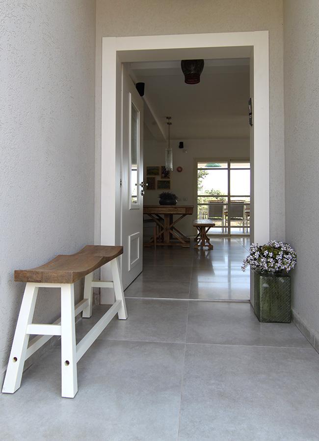 ספסל זוגי בכניסה לבית