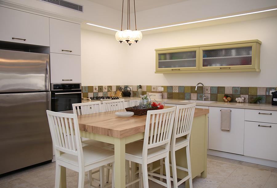 מנורת בוקה מעל אי במטבח