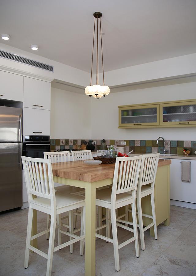 גוף תאורה מעל אי במטבח