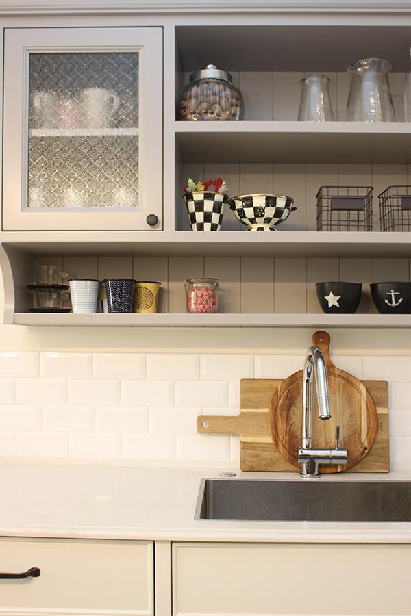 ארון ויטרינה תלוי במטבח