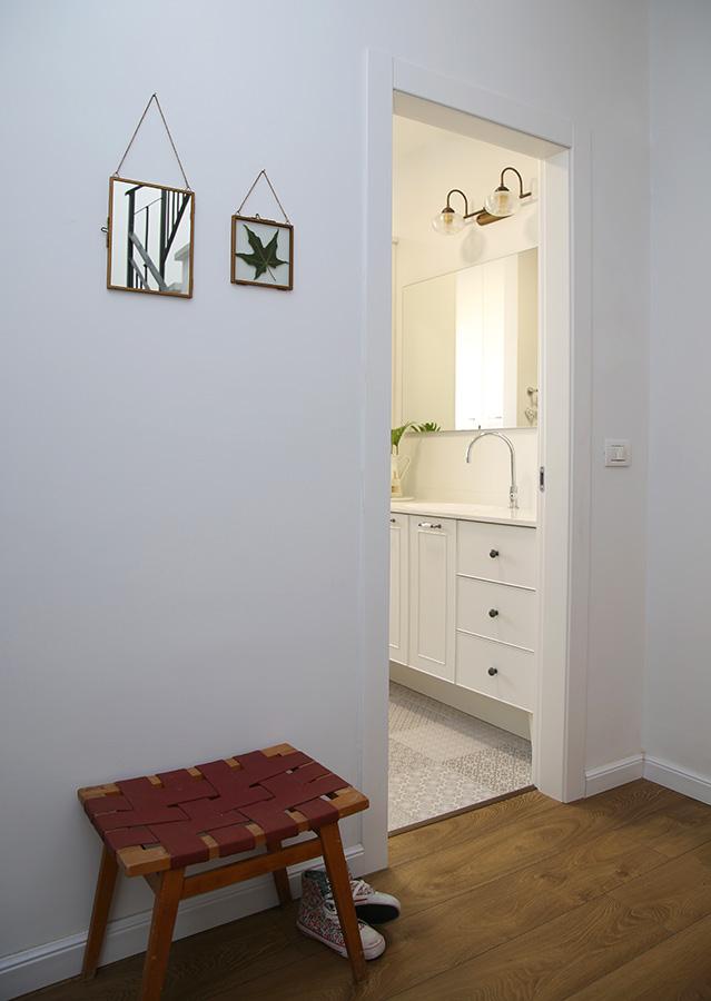 מסדרון ומבט לחדר אמבטיה
