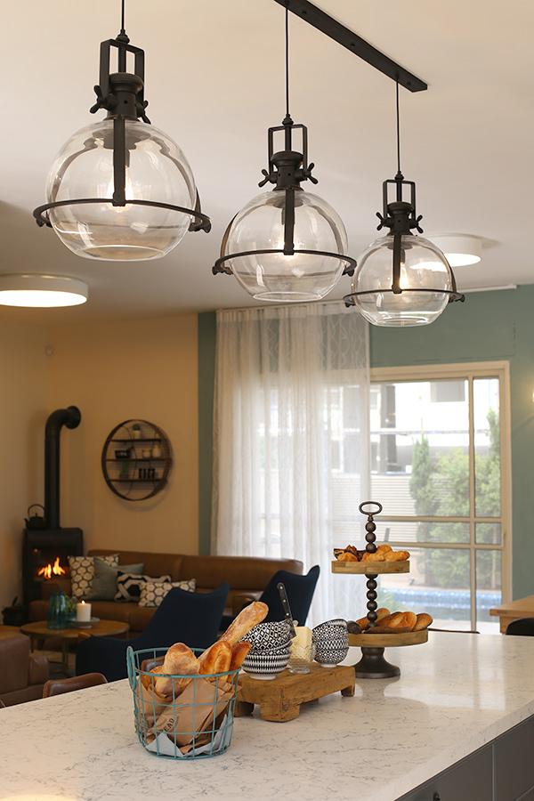 מנורות תלייה מעל אי במטבח