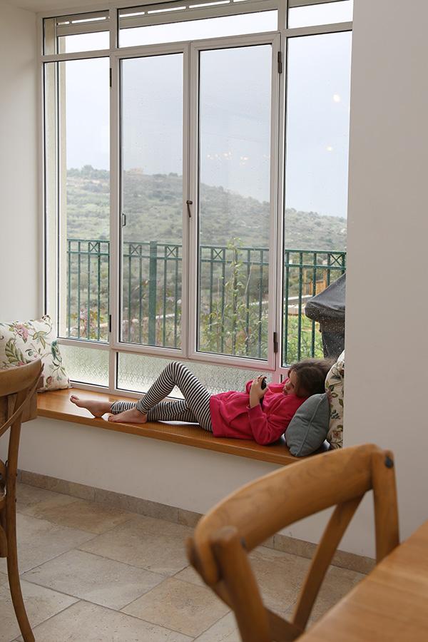 ספסל בנוי צמוד לחלון