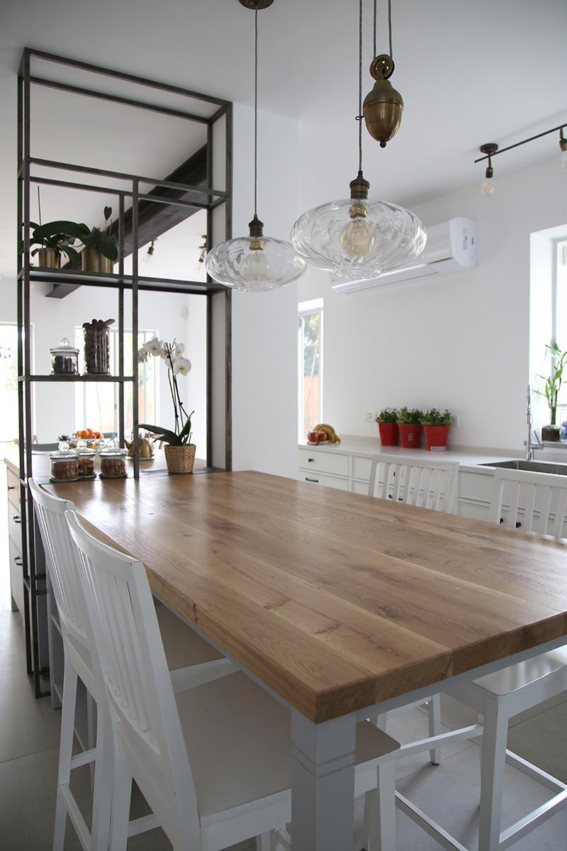 תאורה תלויה מעל אי במטבח